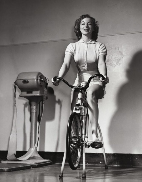 girl-on-the-bike-in-the-gym
