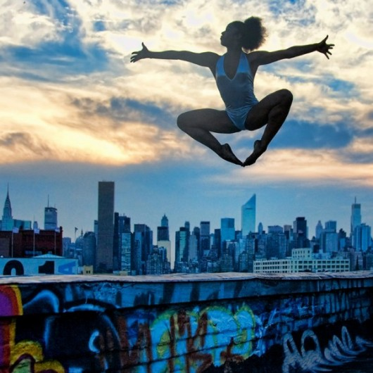 Профессиональные-танцоры-на-фоне-Нью-Йорка-1-600x600
