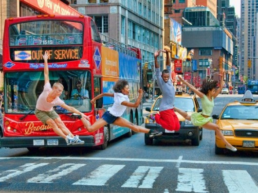 Профессиональные-танцоры-на-фоне-Нью-Йорка-10-600x450