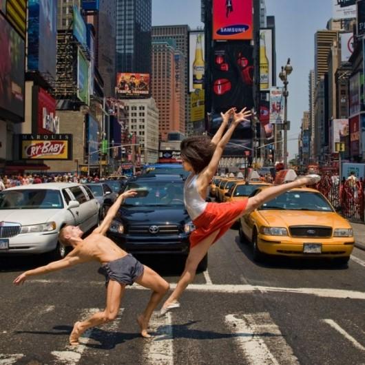 Профессиональные-танцоры-на-фоне-Нью-Йорка-20-600x600