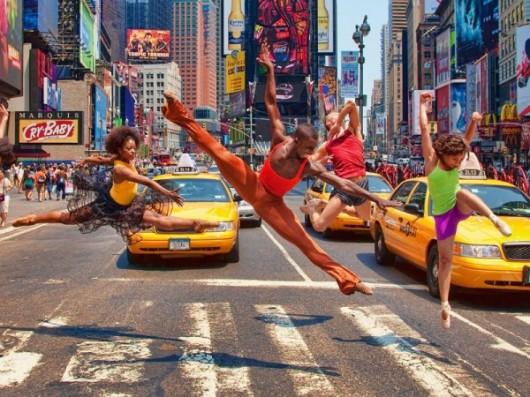 Профессиональные-танцоры-на-фоне-Нью-Йорка-3-600x450