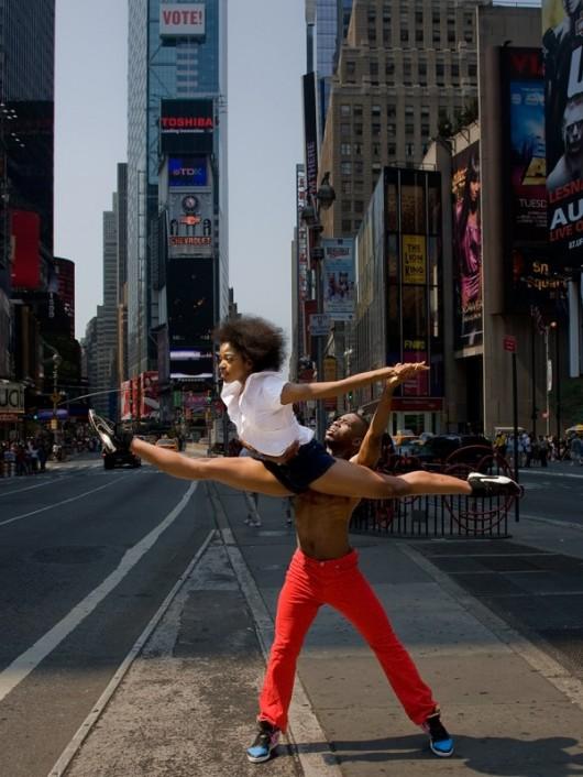 Профессиональные-танцоры-на-фоне-Нью-Йорка-46-600x800