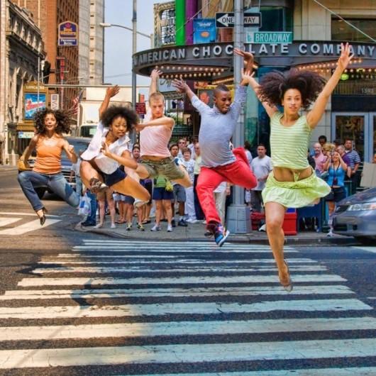 Профессиональные-танцоры-на-фоне-Нью-Йорка-7-600x600