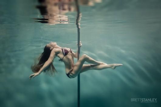 9 Amazing Photos of Pole Dancing Underwater